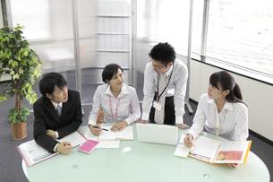 オフィス ミーティングをする社員たち FYI00119389