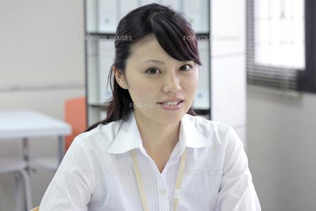 笑顔の爽やかなビジネスウーマン FYI00119422