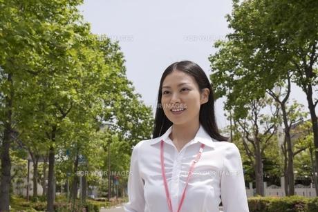 笑顔のさわやかなビジネスウーマン FYI00119542
