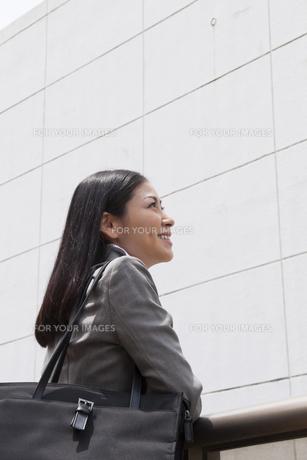 笑顔で遠くを見つめるビジネスウーマン FYI00119561