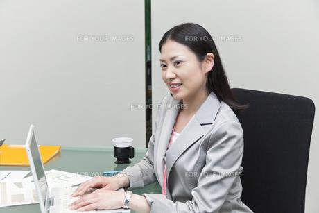ノートパソコンで作業をするビジネスウーマン FYI00119586