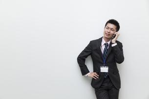 スマートフォンで電話をするビジネスマン FYI00119591