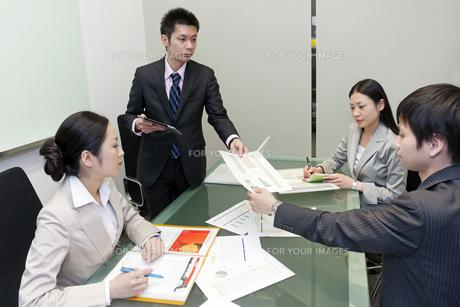 会議を行うビジネスマン達 FYI00119596