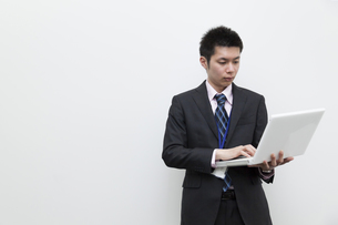 ノートパソコンを使用するビジネスマン FYI00119597