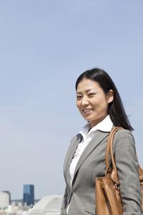 青空の下で微笑むビジネスウーマン FYI00119598
