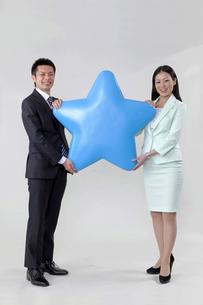 星を持つビジネスマンとビジネスウーマン FYI00119606