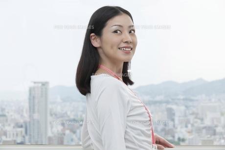 笑顔で振り返るビジネスウーマン FYI00119613