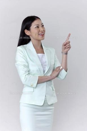指をさすビジネスウーマン FYI00119616