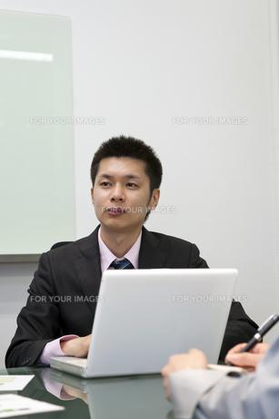 話を聞くビジネスマン FYI00119625