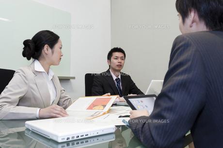 ミーティングをする会社員達 FYI00119628