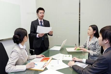 資料を手に発表をするビジネスマン FYI00119629