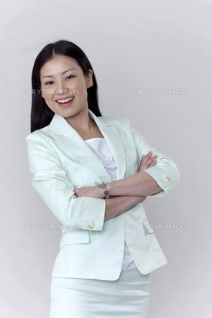 笑顔で腕組みをするビジネスウーマン FYI00119637