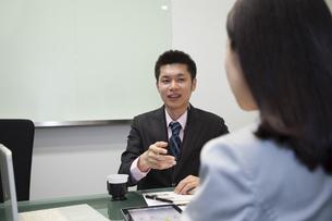 笑顔で会話するビジネスマン FYI00119642
