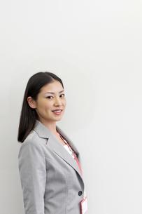 笑顔のビジネスウーマン FYI00119643