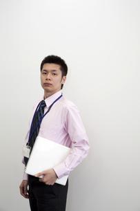 ノートパソコンを抱えるビジネスマン FYI00119649