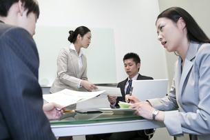 資料を受け取るビジネスマン FYI00119650