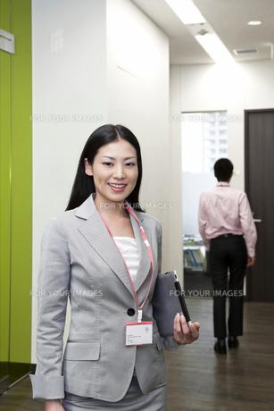 オフィス iPadを抱えるビジネスウーマン FYI00119655