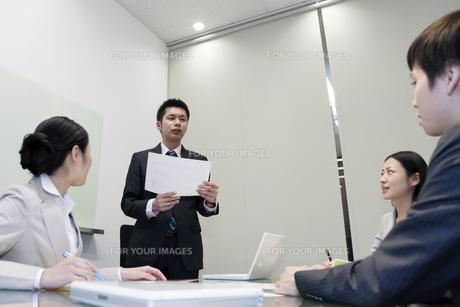 プレゼンテーションをするビジネスマン FYI00119656
