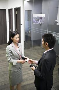 名刺を交換する会社員 FYI00119662