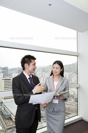 スケジュールを確認する上司と部下 FYI00119663
