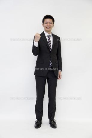 ガッツポーズをする元気なビジネスマン FYI00119667