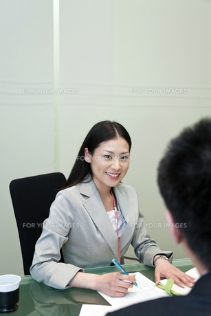 笑顔で上司と話しをするビジネスウーマン FYI00119668
