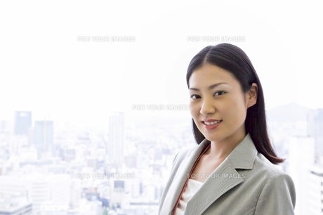 窓辺の若いビジネスウーマン FYI00119670