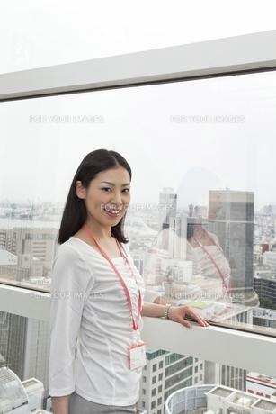 窓辺でたたずむビジネスウーマン FYI00119687