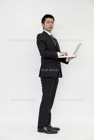 ノートパソコンを持つビジネスマン FYI00119697