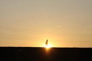 夕日の中を帰る男 FYI00122053