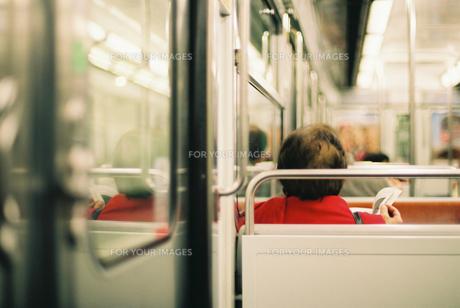 地下鉄で読書をする女性 FYI00124456