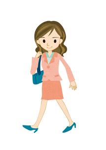 歩く若い女性 FYI00125937