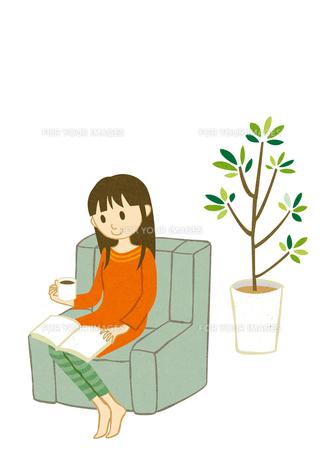コーヒーを飲みながら読書する女性 FYI00125944
