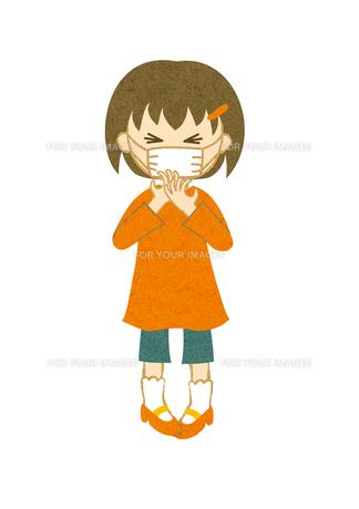 マスクをしてくしゃみをする子供 FYI00125948