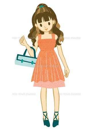 ピンクのドレスを着て微笑む女性 FYI00125958