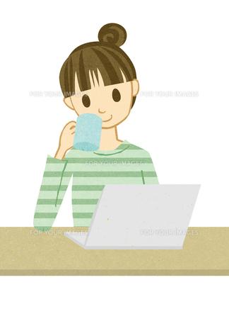 パソコンを開いてお茶を飲む女性 FYI00125977