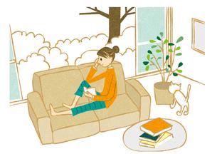 ソファーで本を読む女性 FYI00125984