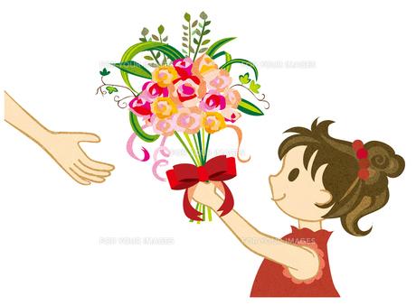 花束を渡す女の子 FYI00125985