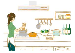 キッチンでパスタを茹でる女性 FYI00125991