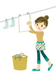 洗濯物を干す主婦 FYI00126017