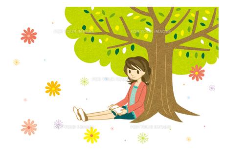 木陰で本を読む若い女性 FYI00126083