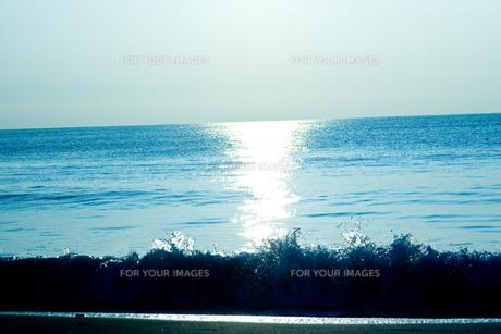 水平線と波しぶき FYI00127993