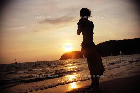 夕日に佇む女性 FYI00128364