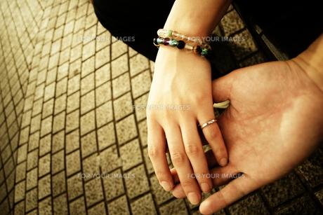 手を繋ぐ男女 FYI00128387