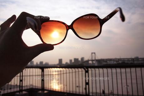 夕日とサングラス FYI00128394