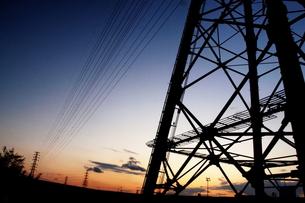 夕方の高圧線のシルエット FYI00128455