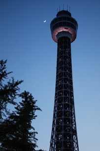 三日月とマリンタワー FYI00128474