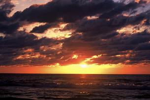 石川県 千里浜なぎさハイウエイから見た夕日(4) FYI00131568