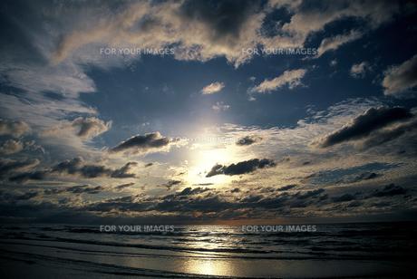 石川県 千里浜なぎさハイウエイから見た夕日(5) FYI00131571