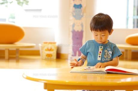 絵本を読む男の子 FYI00134501